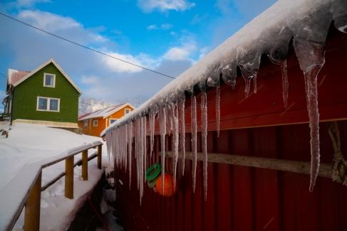 Eiszapfen an einem Fischerhaus