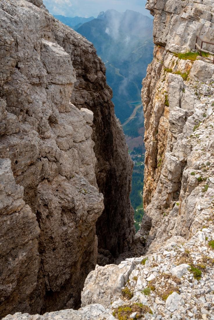 Felsspalt an der Bergstation der Seilbahn mit Blick ins Tal