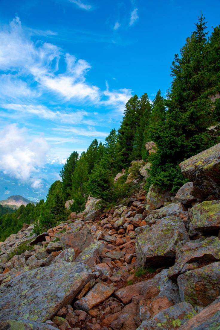 Wanderweg entlang der Felswände